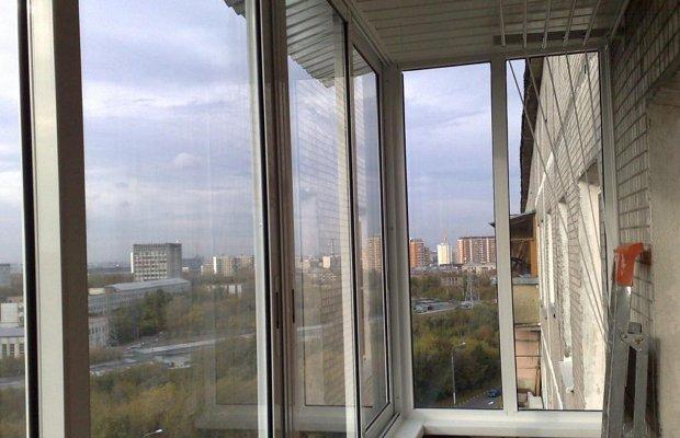 На фото - холодное остекление балкона из алюминиевого профиля