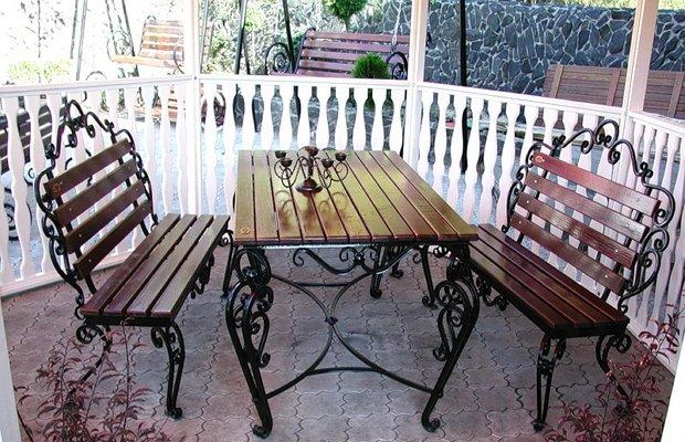 Металлические кованые столик и кресла для сада