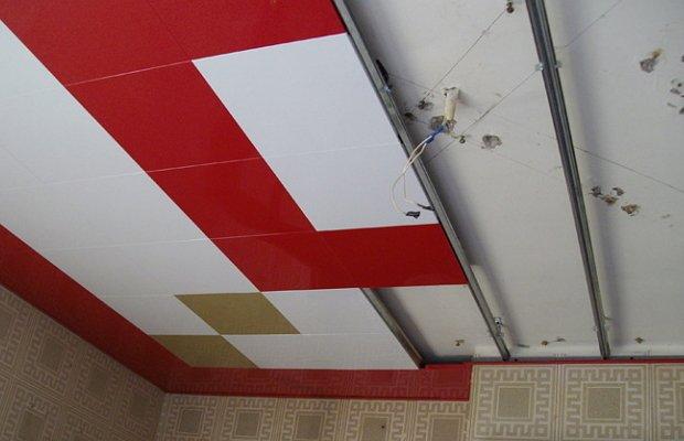 Установка модулей подвесного металлического кассетного потолка