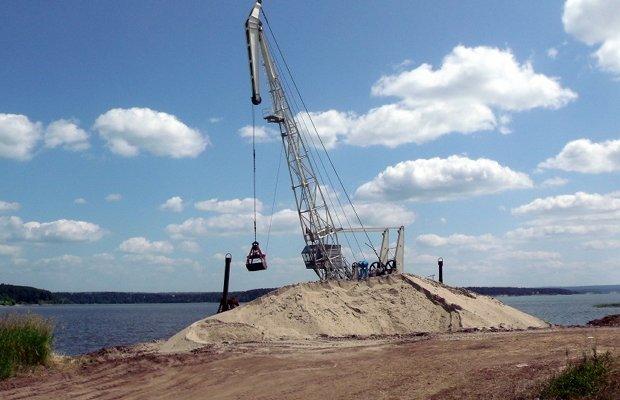 Добыча природного песка на берегу реки