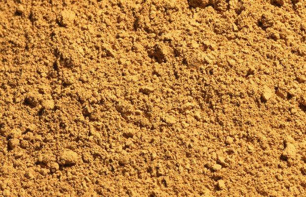 Темно-оранжевый песок с речного дна