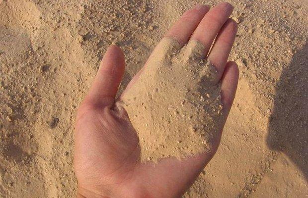 Мелкий сыпучий песок природного происхождения