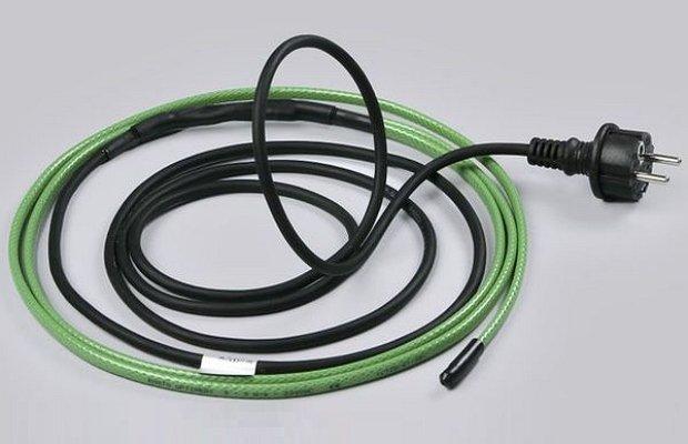 На фото - саморегулирующийся нагревательный кабель для водостока