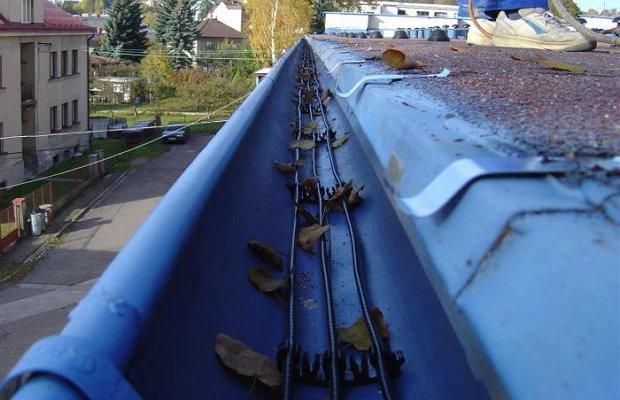 Фото прокладывания нагревательного кабеля водостока