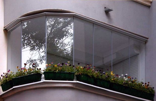 Фото безрамного остекления балкона по финской технологии
