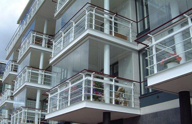 На фото - безрамное остекление балкона из закаленного стекла
