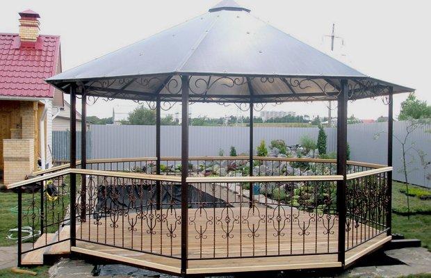 Беседка-бельведер с остроконечной крышей