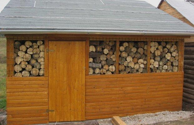 Сарай из бруса для хранения дров