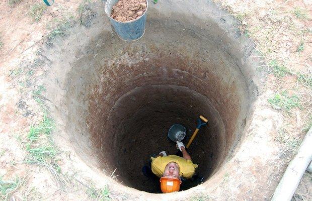 Копание колодца лопатой