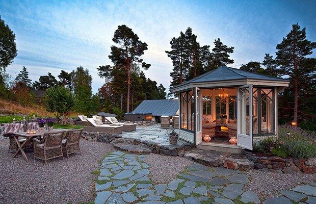 Уютный уголок для отдыха на даче