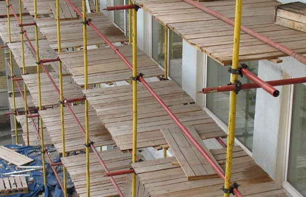 Хомутовые леса на строительном объекте