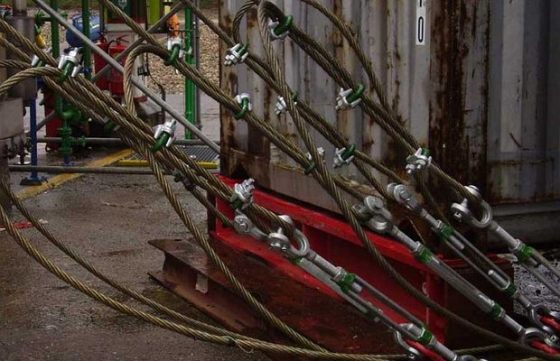 Натяжение стальных тросов для фиксирования различных грузов