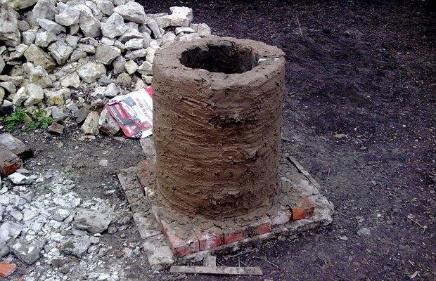 Нанесение смеси из глины на бочонок