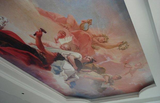 Картины на стенах и потолке – роскошный интерьер