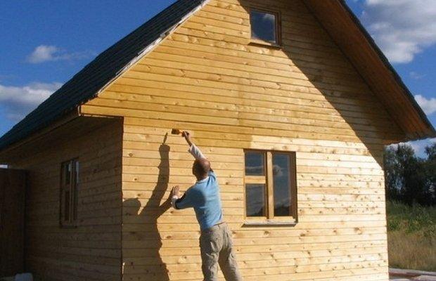 Обработка стен деревянного дома грунтовкой