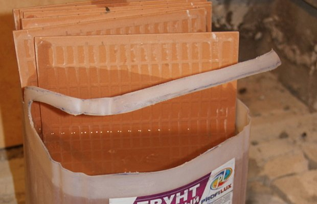 Замачивание кафеля в воде перед резкой