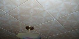 Как правильно клеить потолочную плитку своими руками?