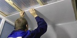 Как вставить последнюю пластиковую панель на потолке