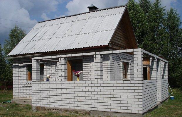 Достоинства и недостатки строения из кирпича или поликарбоната