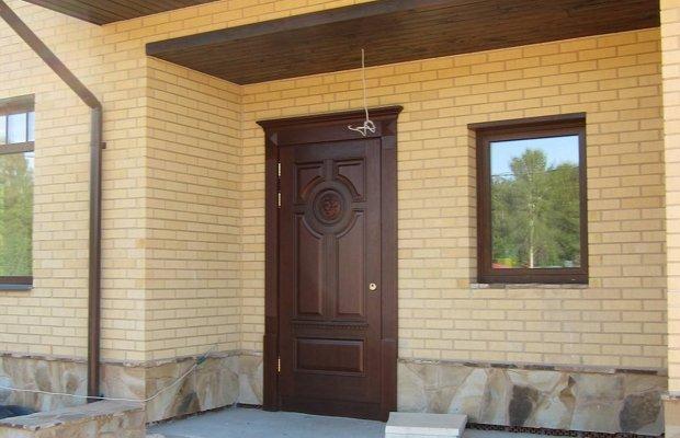 Дверь из массива с филенками