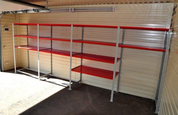 Металлический стеллаж в гараже