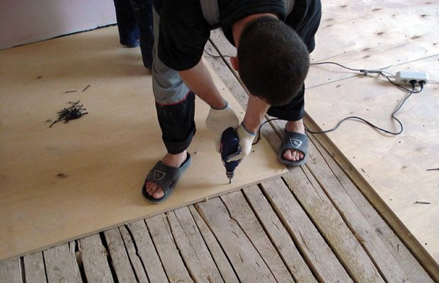 Укладывание фанеры на старый пол из дерева