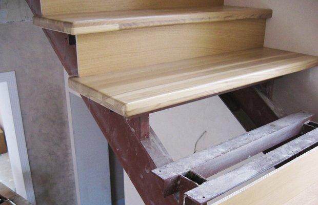 Установка ступенек из древесины