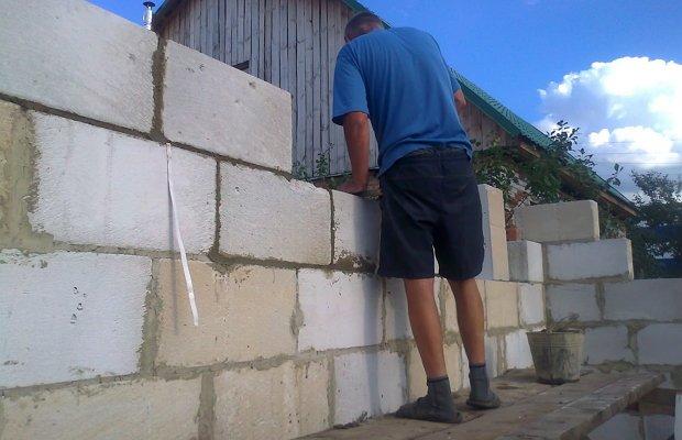 Возведение стен сооружения из пеноблока