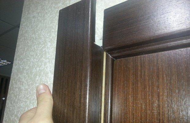 Установка обналичников двери со стороны дверных петель