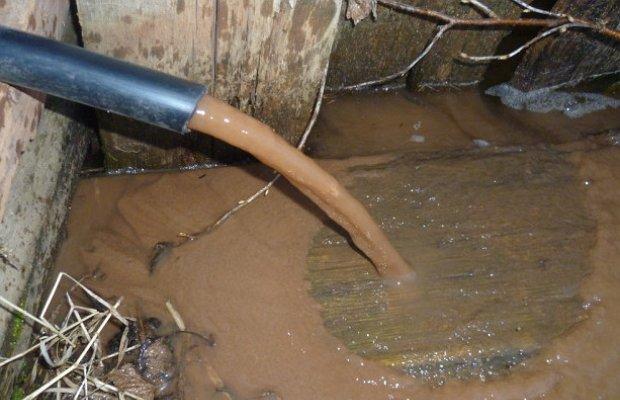Причины засорения скважин – почему вода становится мутной?