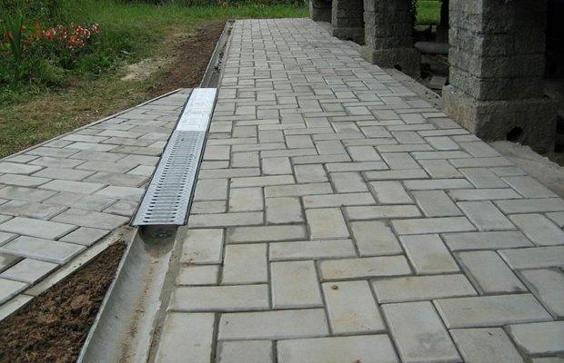 Отмостка из бетона своими руками – как выполняется?