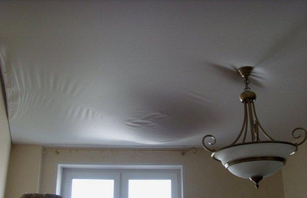 Причины появления дефектов на натяжном потолочном покрытии