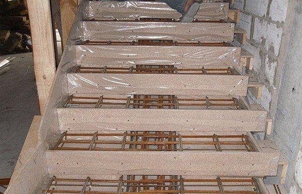 По каким правилам увеличивают прочность бетонной лестницы?