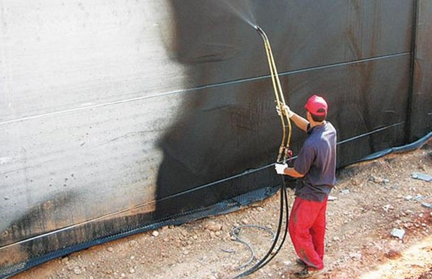 Жидкая резина, штукатурка и глина – хорошо предохраняют фундамент от влаги