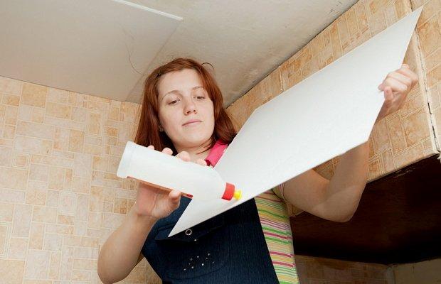 Отделка побеленных потолков плиткой – чем клеить?