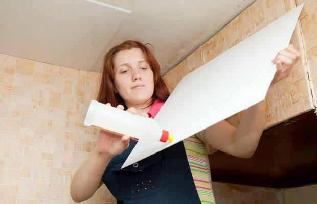 Как клеить плитку на потолок правильно – советы экспертов<