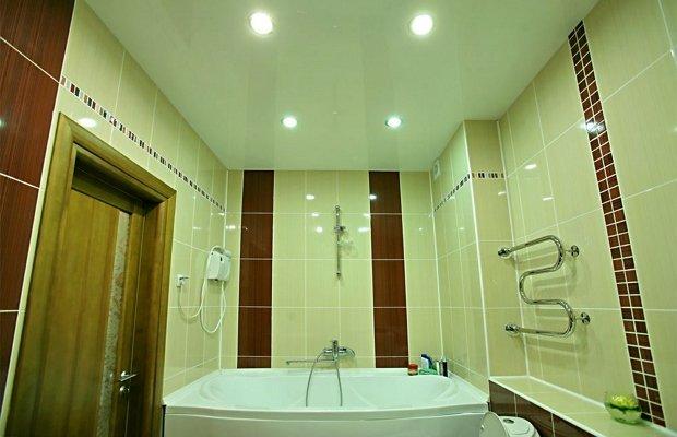 Плюсы подвесных конструкций для ванной комнаты и их основные виды
