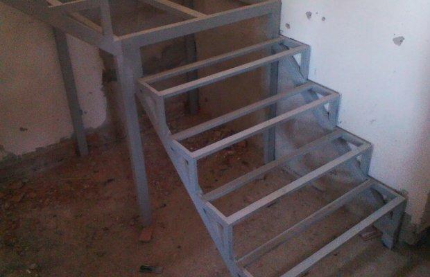 Сооружаем металлическую лестницу в погреб