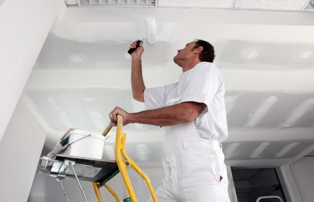 Как покрасить потолок своими руками – инструкция