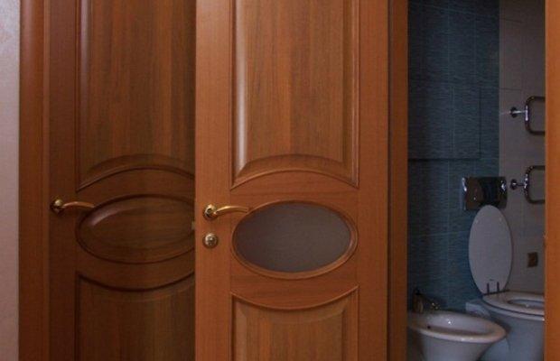Установка дверей из натуральной древесины