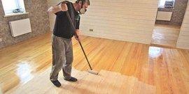 Чем покрыть деревянный пол в доме – как надежно защитить покрытие из древесины?