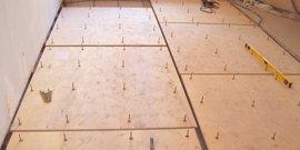 Как выровнять деревянный пол под ламинат – создаем ровную конструкцию с помощью фанеры