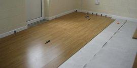 Как уложить ламинат на бетонный пол – все премудрости процесса