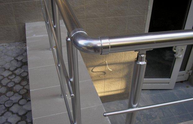 Из чего делают ограждения для лестницы – обзор материалов