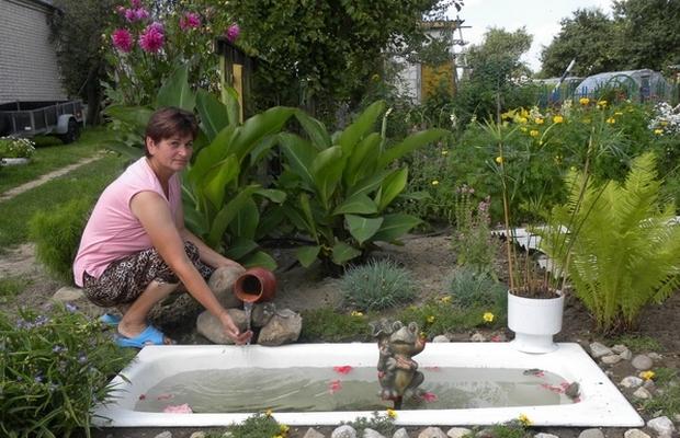 Купель в саду из старой ванны – куда уж проще