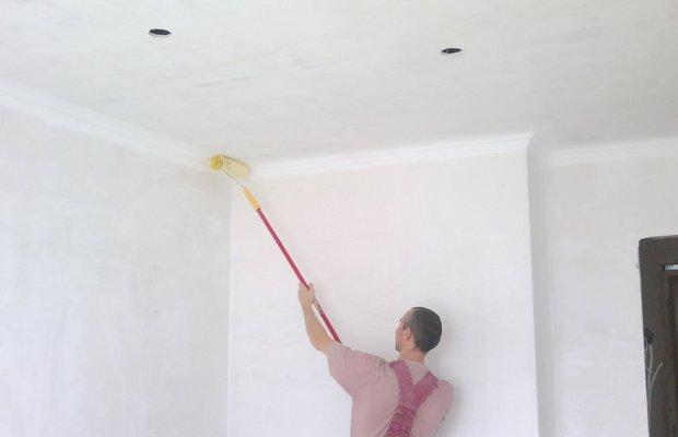 Возможна ли покраска потолочной поверхности после побелки?