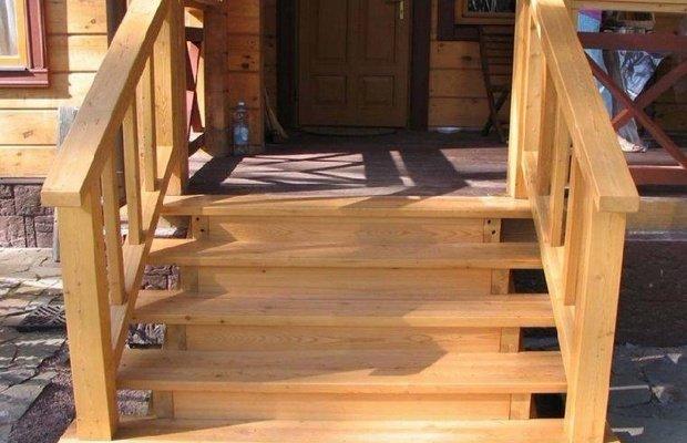 Деревянные ступеньки – облагородим лестницу из бетона>