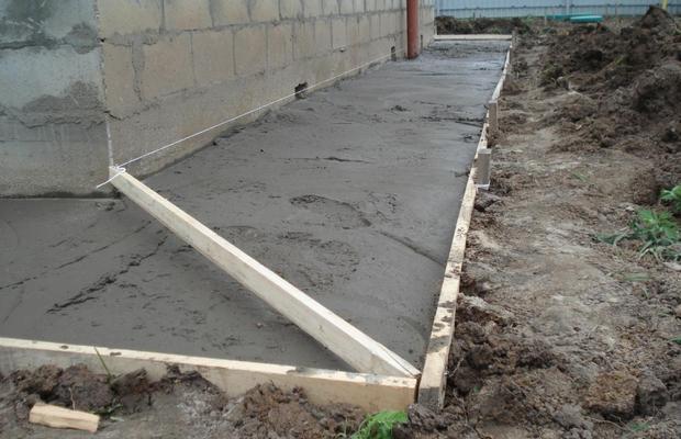 Предохранительный пояс вокруг дома на свайном фундаменте