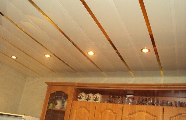 Кухонные потолки из пластика – красиво и недорого