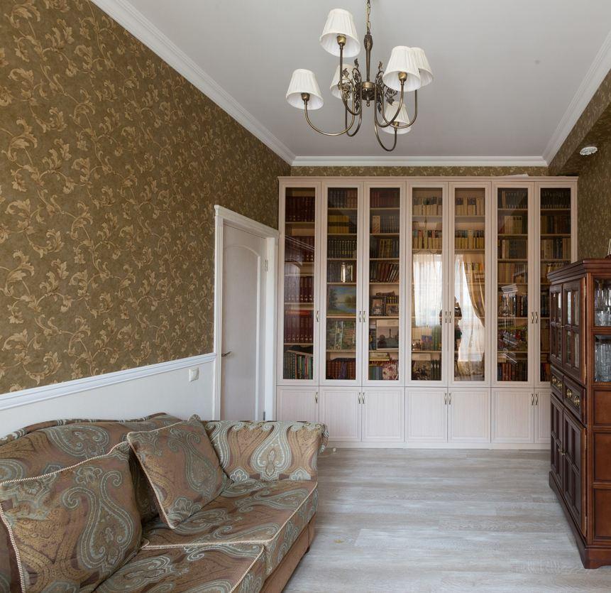 Гостиная в неоклассическом стиле с натяжным потолком